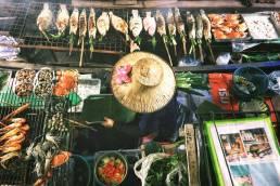 Lokaler Essensverkauf auf einem Markt in Bangkok mit gegrillten Meerestieren